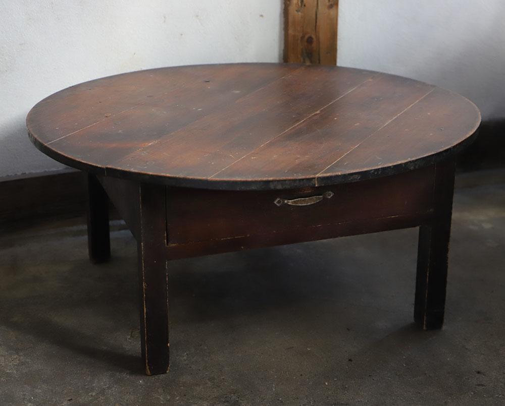 引き出しのある素朴な風合いの円形テーブル・ちゃぶ台