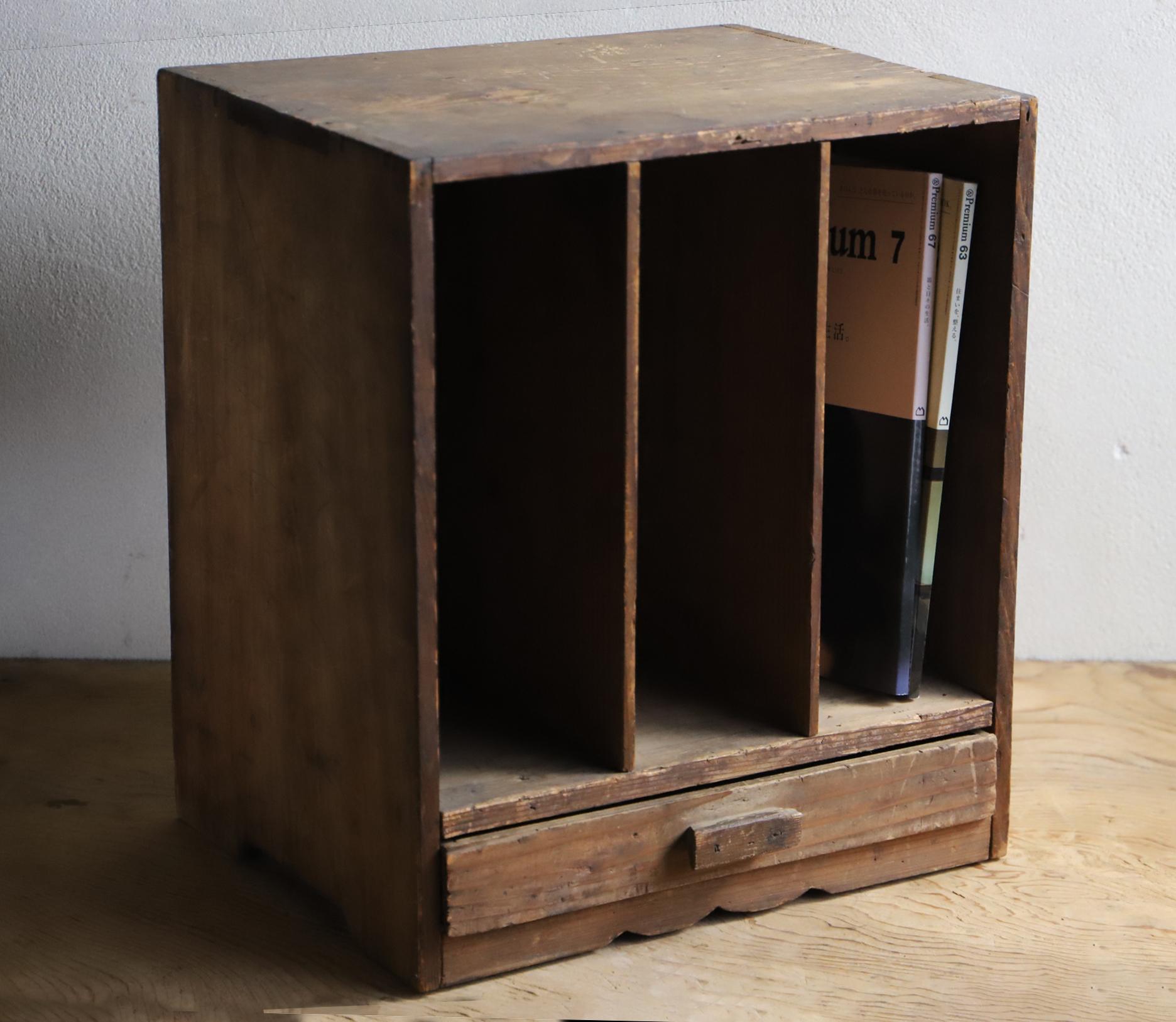 引き出しが付いた木味の良い小さな本棚