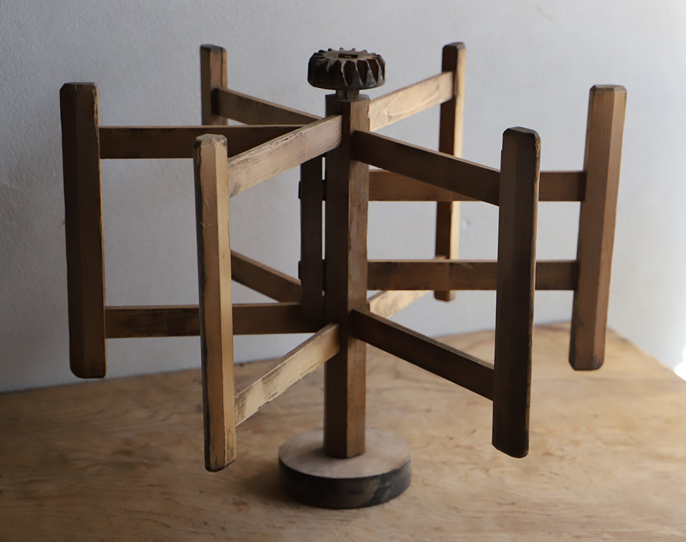 佇まいの良い木製の糸巻