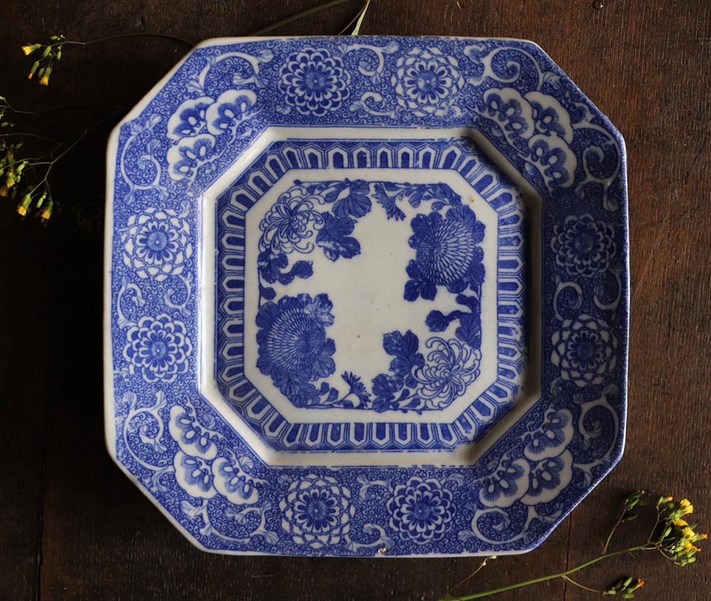華やかで繊細な模様の印判角皿