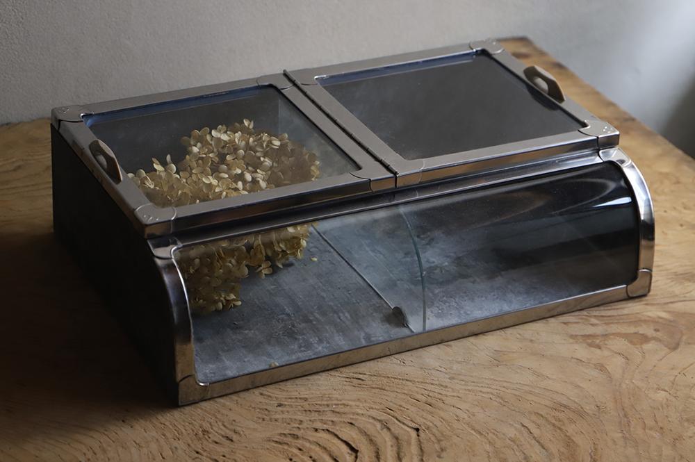駄菓子屋さんのブリキの小ぶりなガラスショーケース
