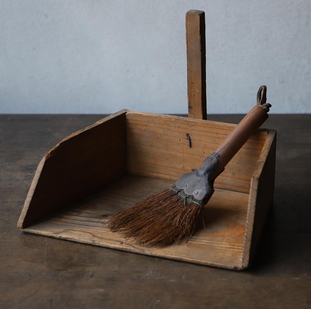 素朴な風合いの可愛い卓上木製塵取りと箒