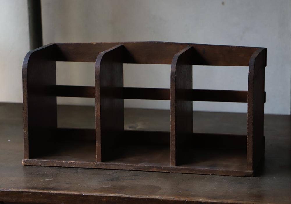 木製のシンプルな本立