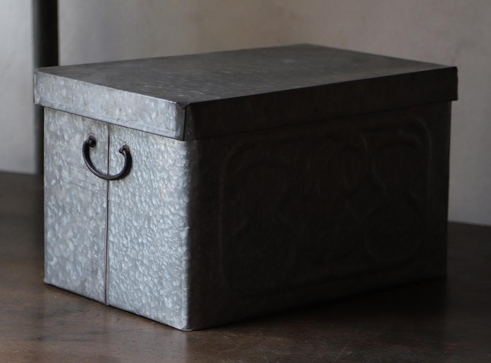瓢箪の浮き出し模様の小さなブリキの箱