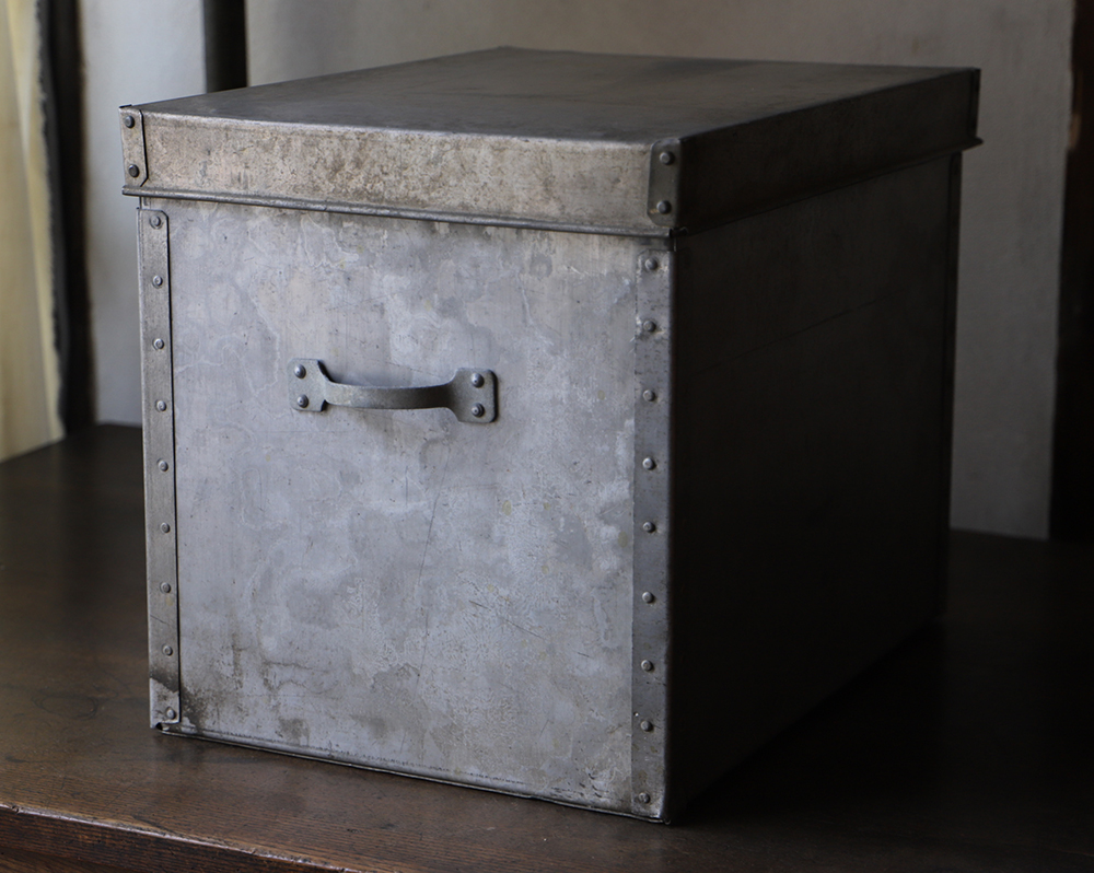 無骨なデザインがかっこいいアルミの小ぶりなケース