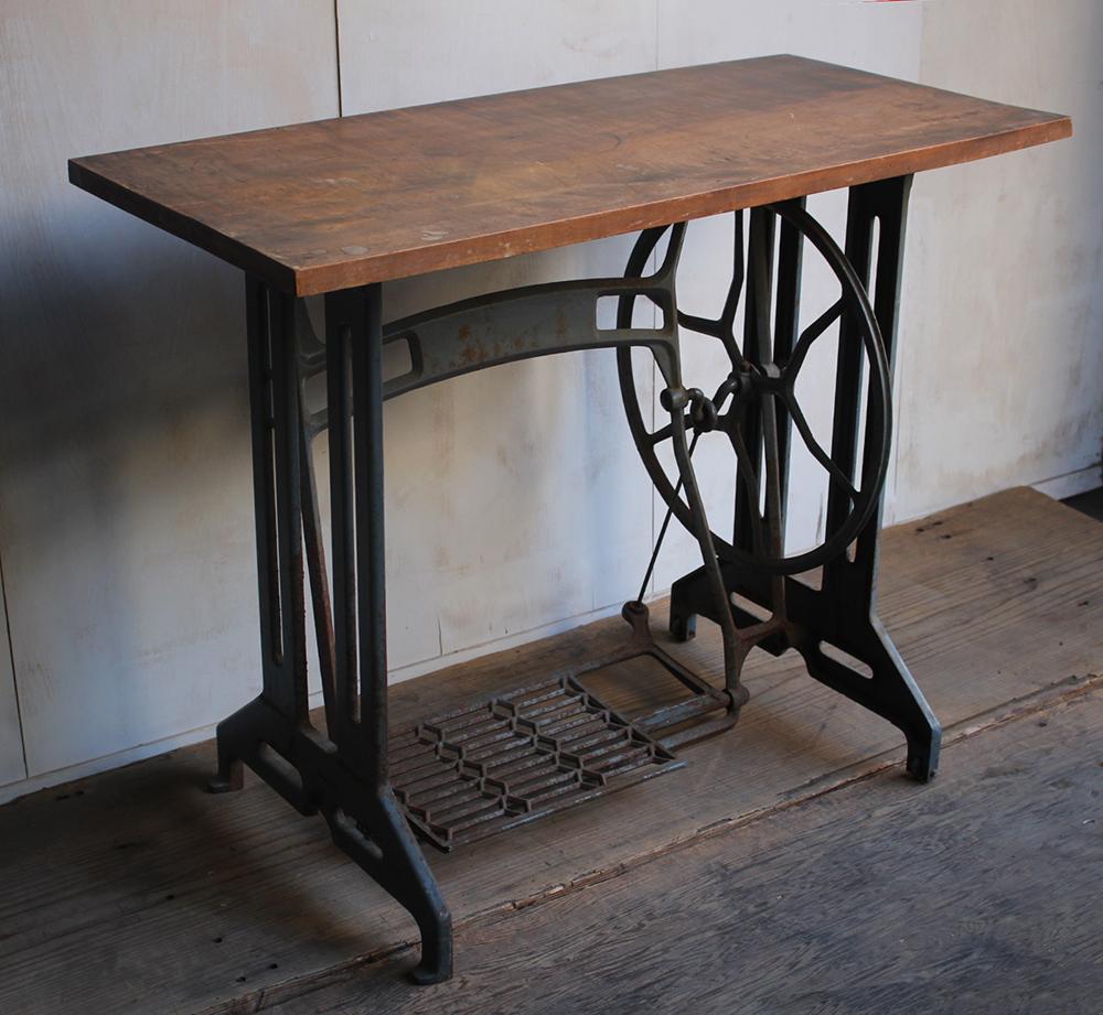 ブルーグレーのミシン脚と欅の一枚板の天板の組み合わせテーブル