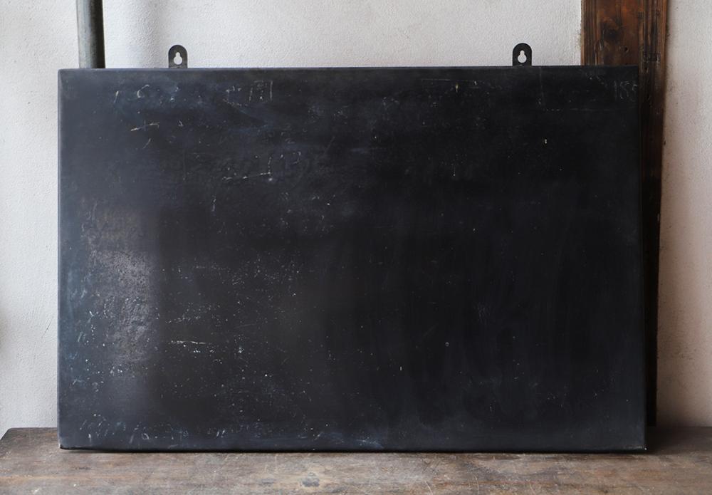 無骨で格好いい鉄製の黒板