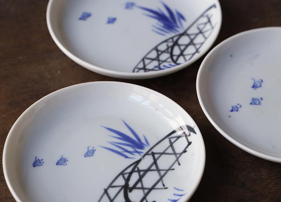 三羽の千鳥が飛ぶ染付皿