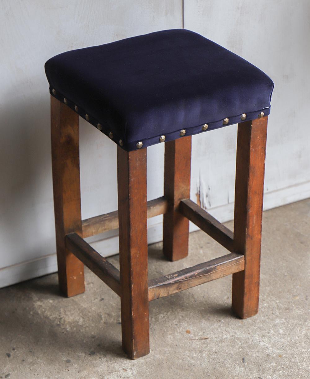 ネイビーの座面の布張り角スツール