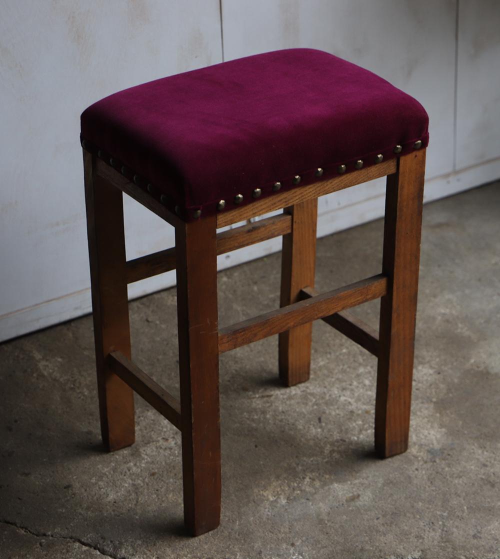 ワインレッド色の座面の布張り角スツール