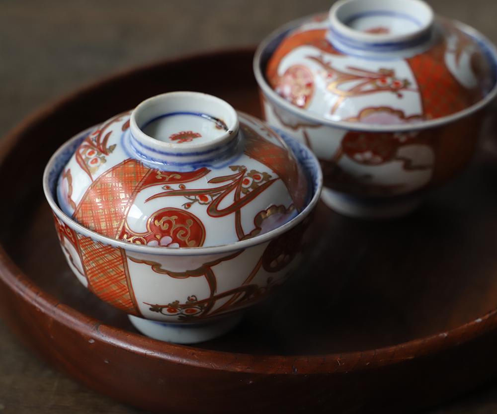 雅な伊万里焼の蓋付色絵茶碗