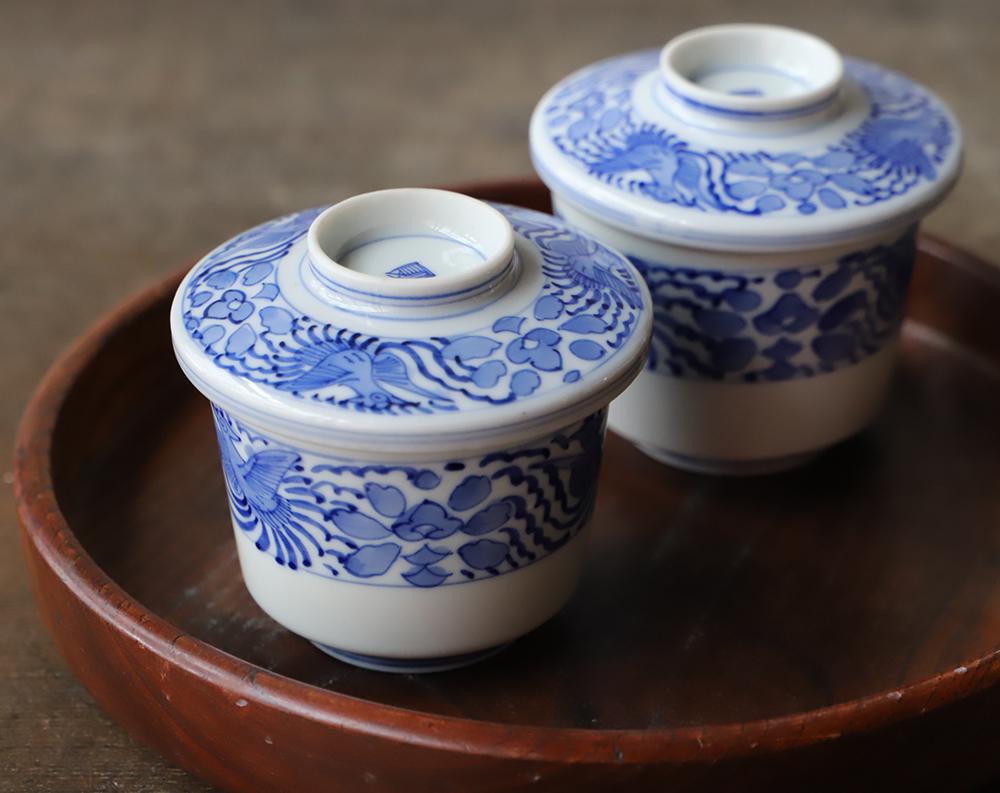 鳳凰の図の蓋付き染付茶碗