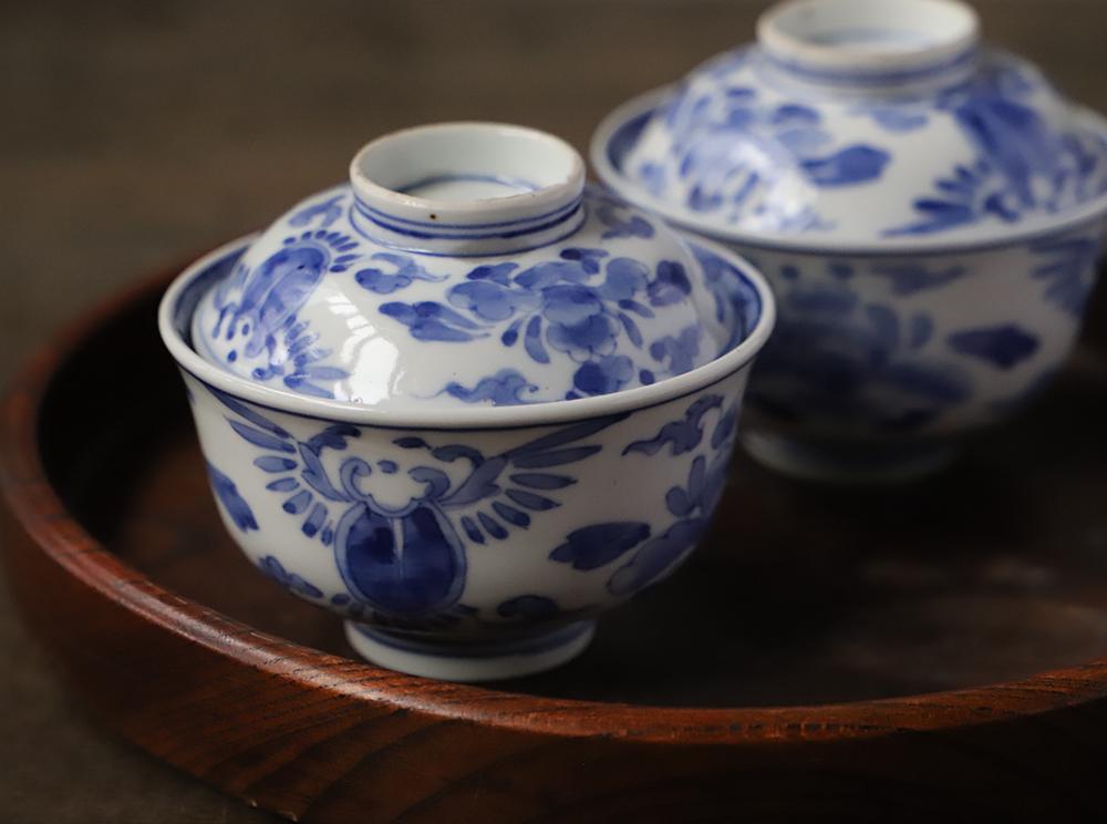 優雅な花絵の染付蓋付き茶碗
